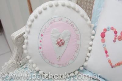 Quarto Casinha 2 - Almofada Redonda Coração Bordado