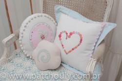 Quarto Casinha 2 - Almofada Redonda Coração Bordado 2
