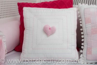 Almofada Bordada Com Coração de Crochet