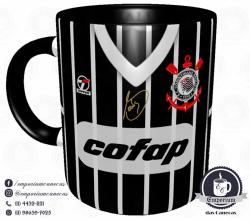 Caneca Corinthians - Camisa 1983 Sócrates - Democracia Corinthiana (Listrada) - Porcelana 325 ml 1