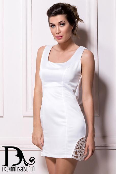 Vestido branco com tela de paetê nas costas